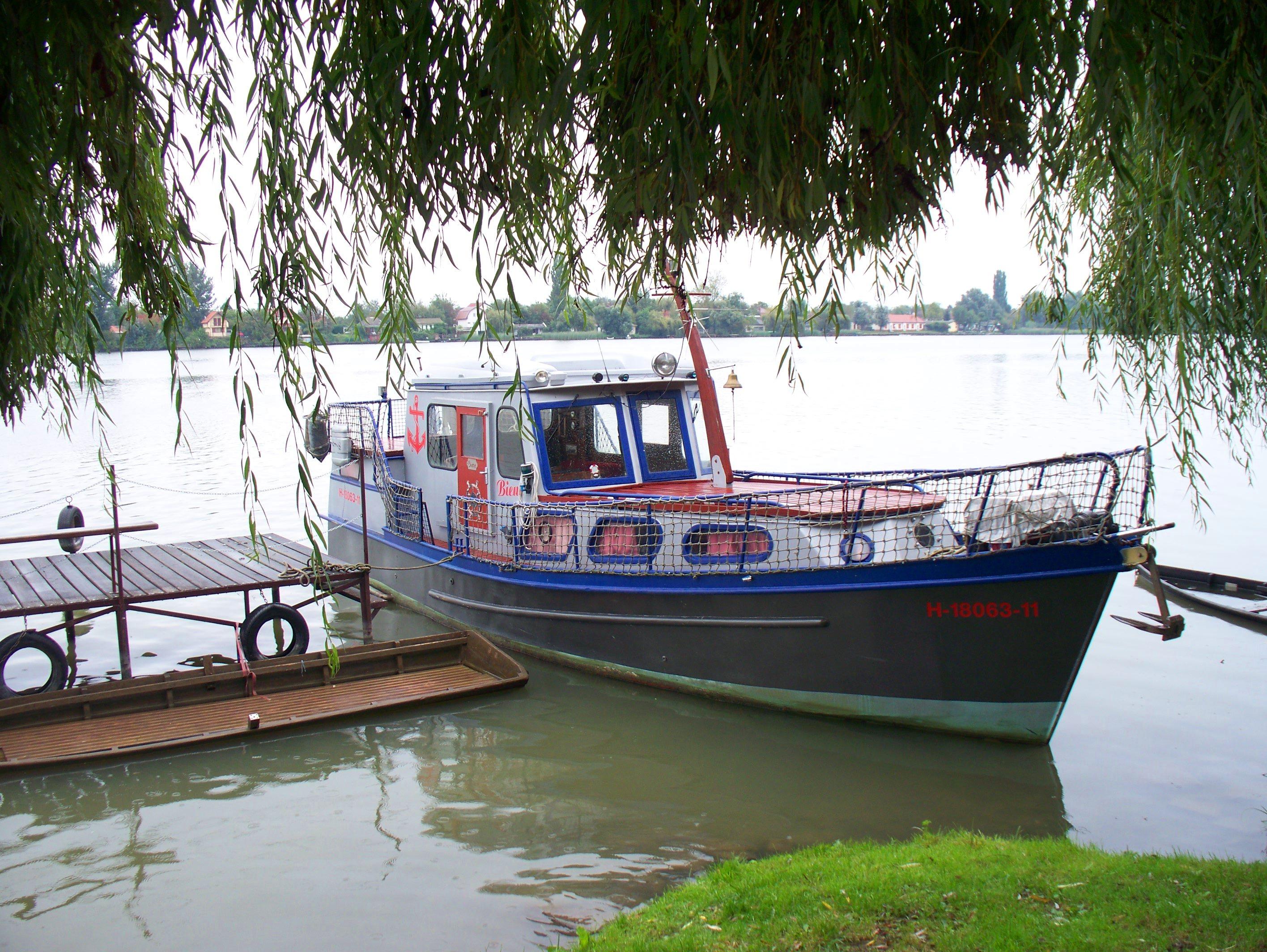http://www.kisdunainagyhajok.hu/egyebhajok/2010_09_19_biene_lakohajo_aszok_napon_kikotve/2010_09_19_biene_lakohajo_aszok_napon_kikotve_003.jpg