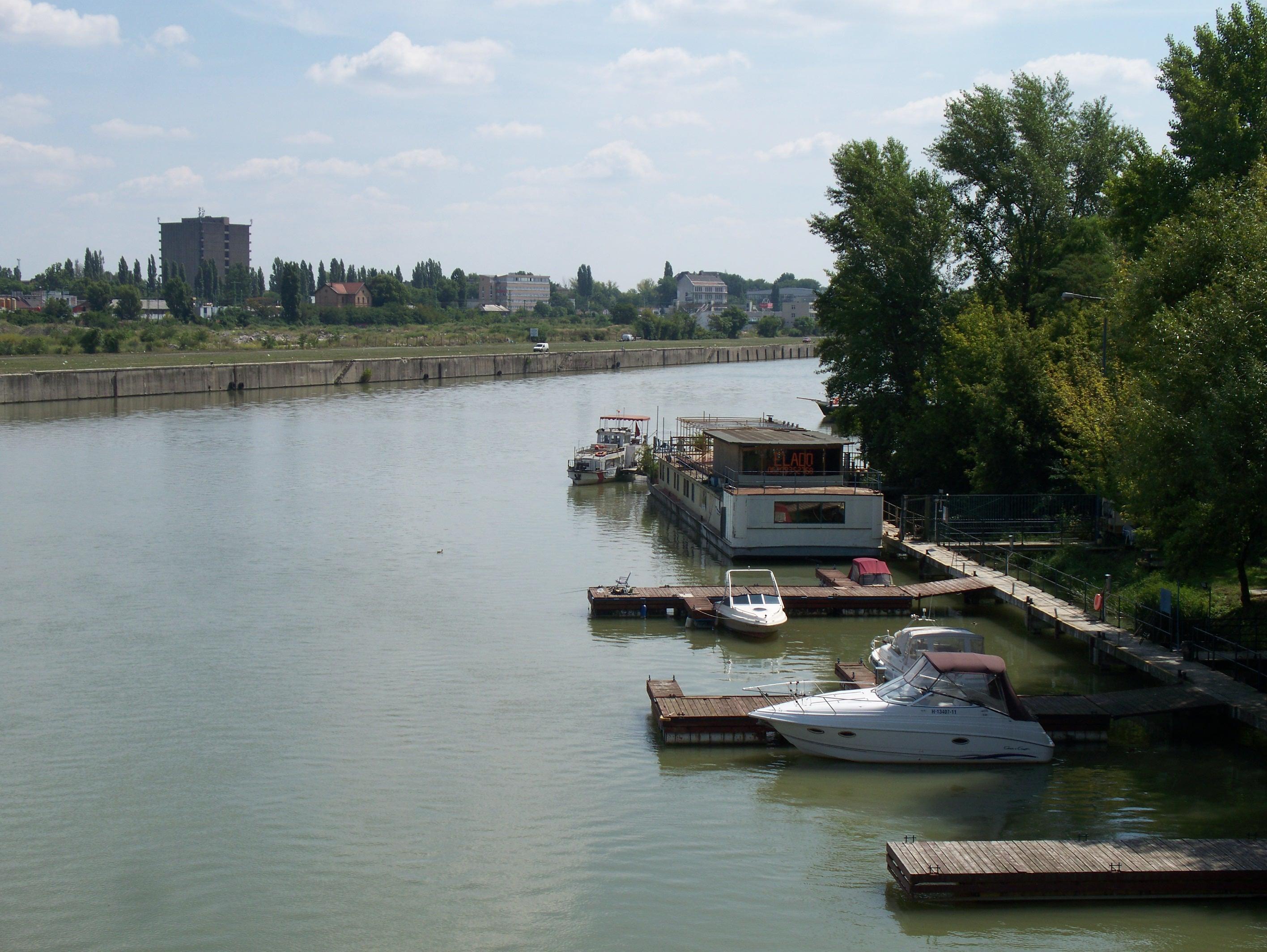 http://www.kisdunainagyhajok.hu/egyebhajok/2011_08_17_mihaly_a_hajo_elado_allohajo_csepelen/2011_08_17_mihaly_a_hajo_elado_allohajo_csepelen_001.jpg
