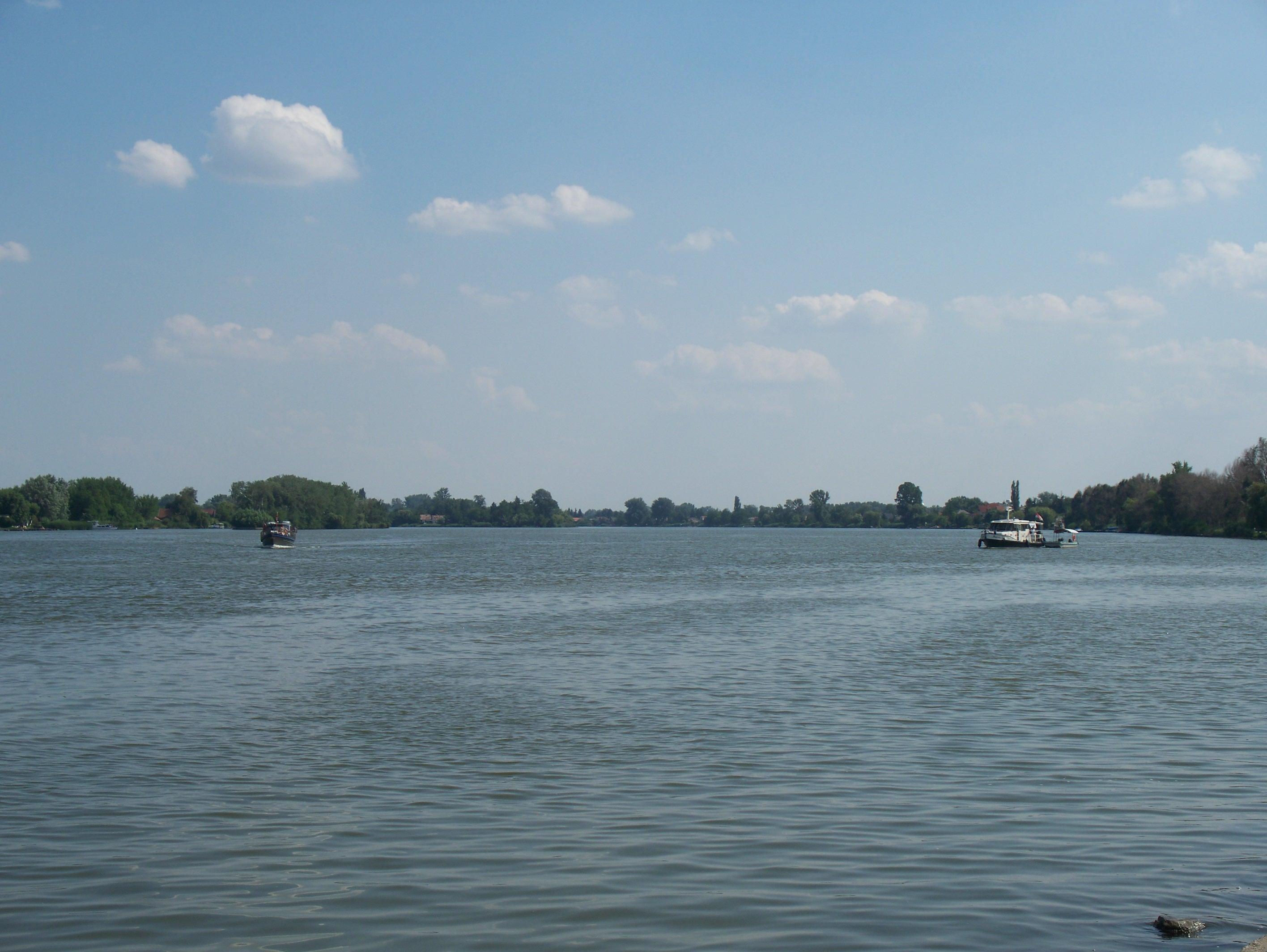 http://www.kisdunainagyhajok.hu/egyebhajok/2012_06_24_biene_es_maritime_hajok_egyuttallasa/2012_06_24_biene_es_maritime_hajok_egyuttallasa_002.jpg