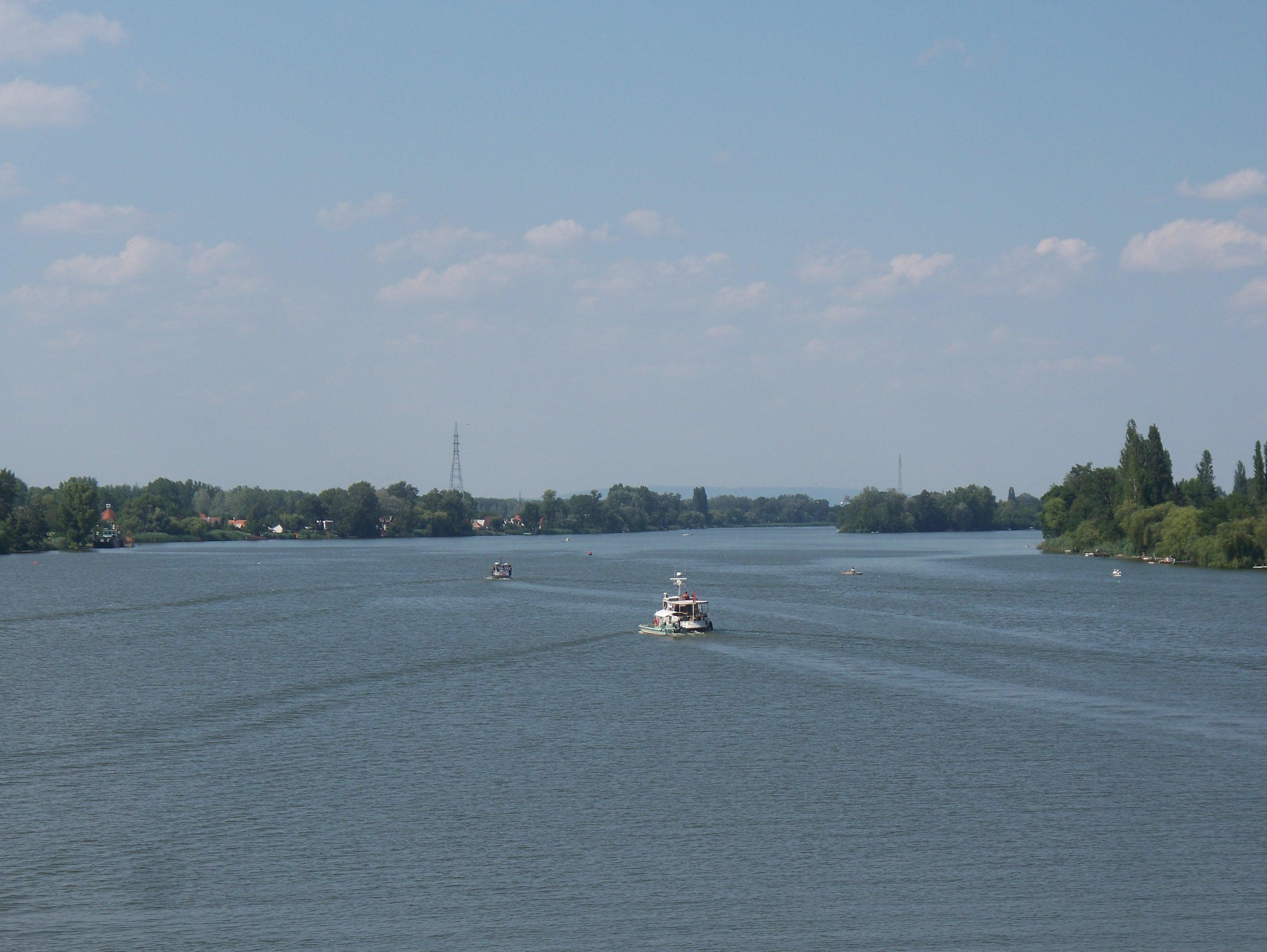 http://www.kisdunainagyhajok.hu/egyebhajok/2012_06_24_biene_es_maritime_hajok_egyuttallasa/2012_06_24_biene_es_maritime_hajok_egyuttallasa_011.jpg
