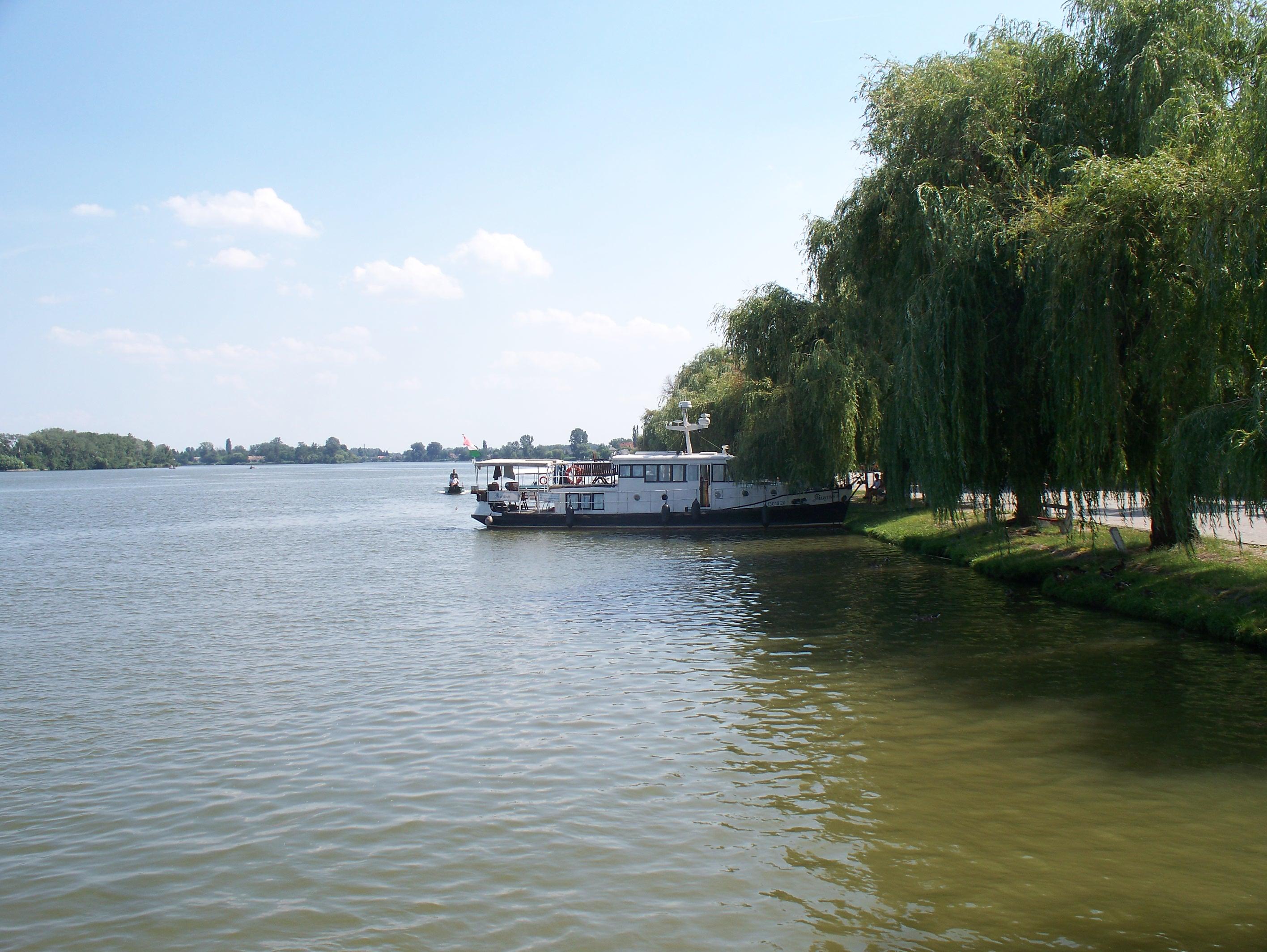 http://www.kisdunainagyhajok.hu/egyebhajok/2012_06_24_maritime_motoros_vonatohajo_a_rackevei_piacnal/2012_06_24_maritime_motoros_vonatohajo_a_rackevei_piacnal_012.jpg