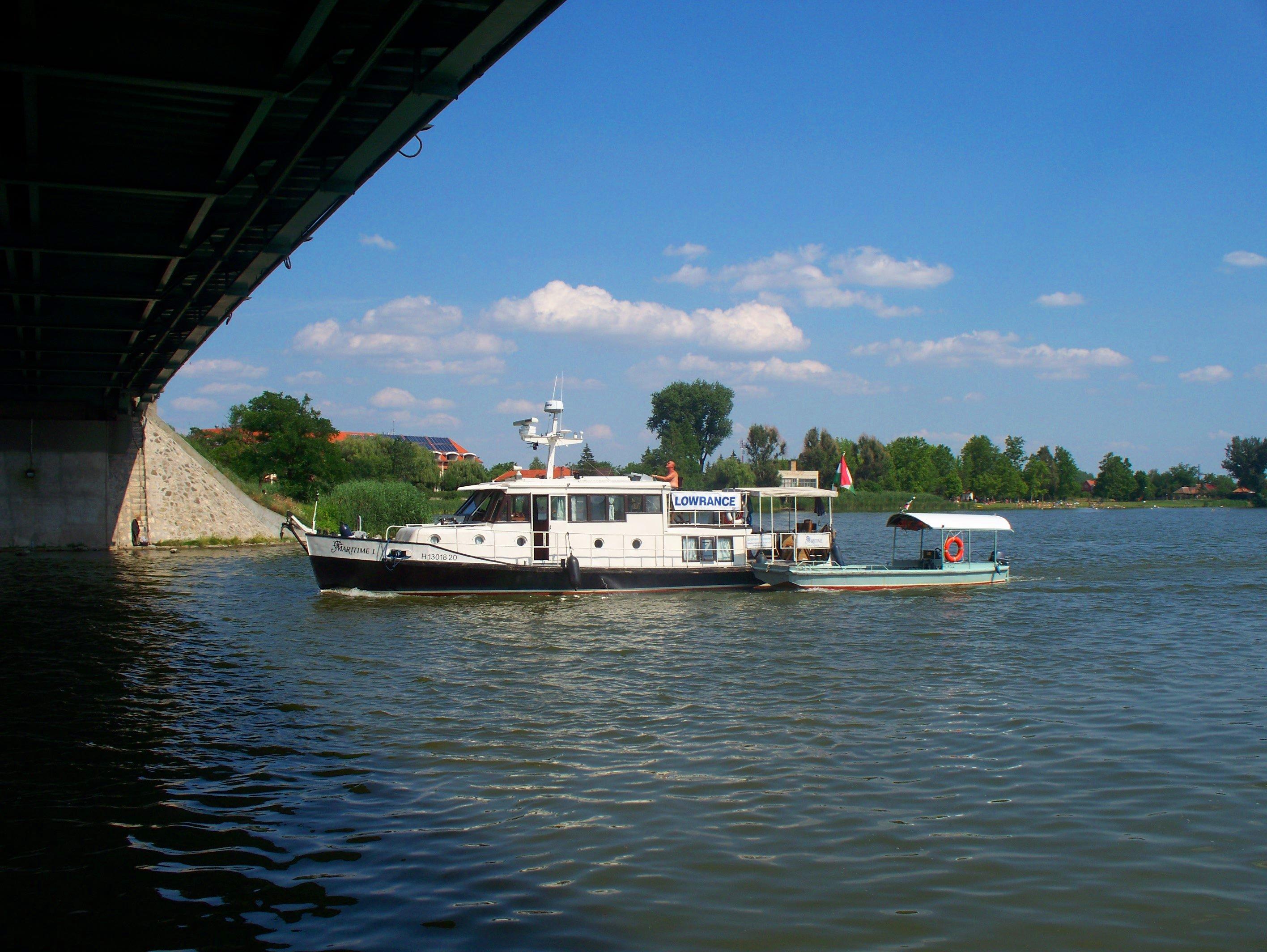 http://www.kisdunainagyhajok.hu/egyebhajok/2012_06_24_maritime_motoros_vontatohajo_a_rackevei-hidnal/2012_06_24_maritime_motoros_vontatohajo_a_rackevei-hidnal_006.jpg