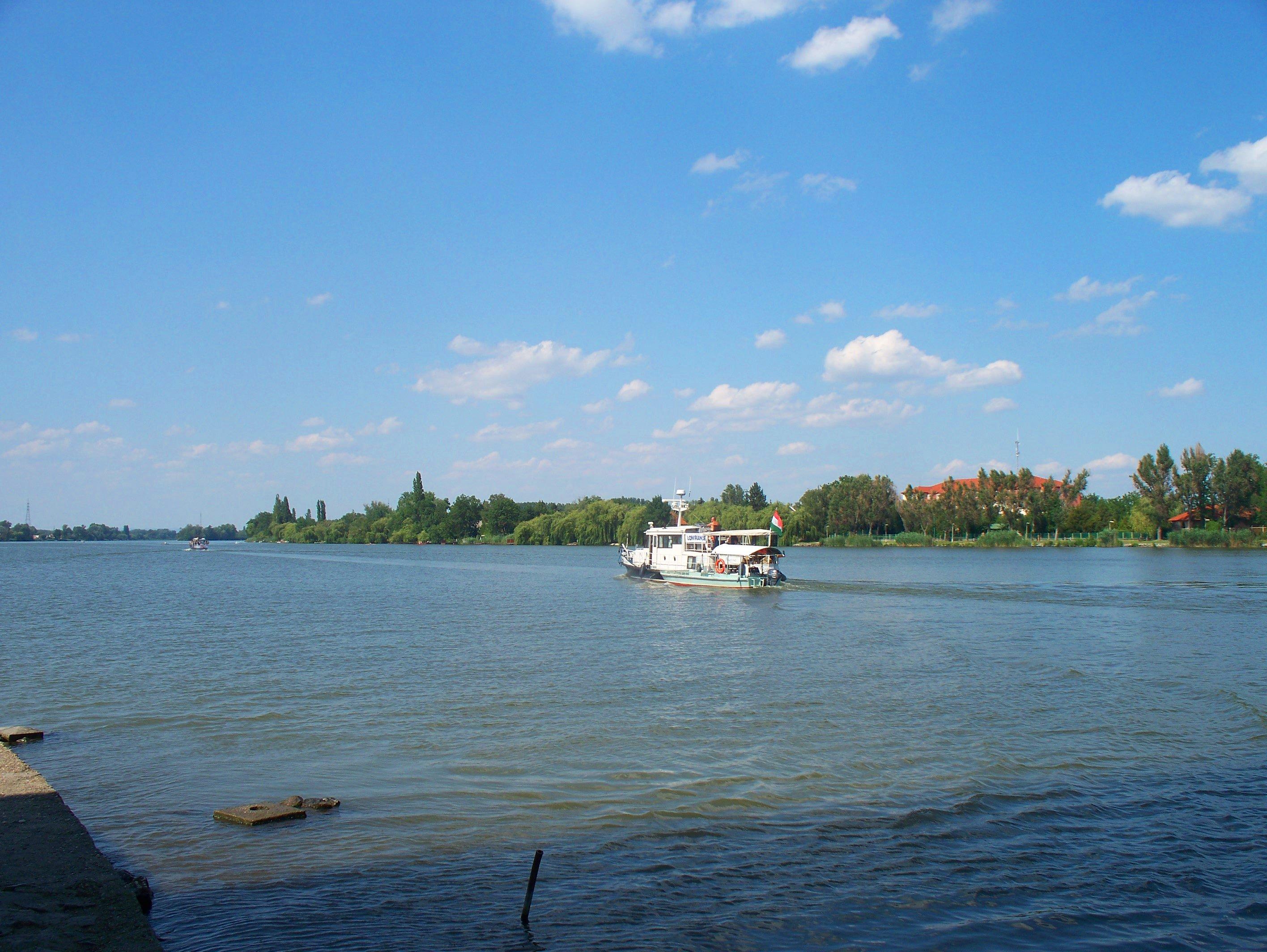 http://www.kisdunainagyhajok.hu/egyebhajok/2012_06_24_maritime_motoros_vontatohajo_a_rackevei-hidnal/2012_06_24_maritime_motoros_vontatohajo_a_rackevei-hidnal_010.jpg