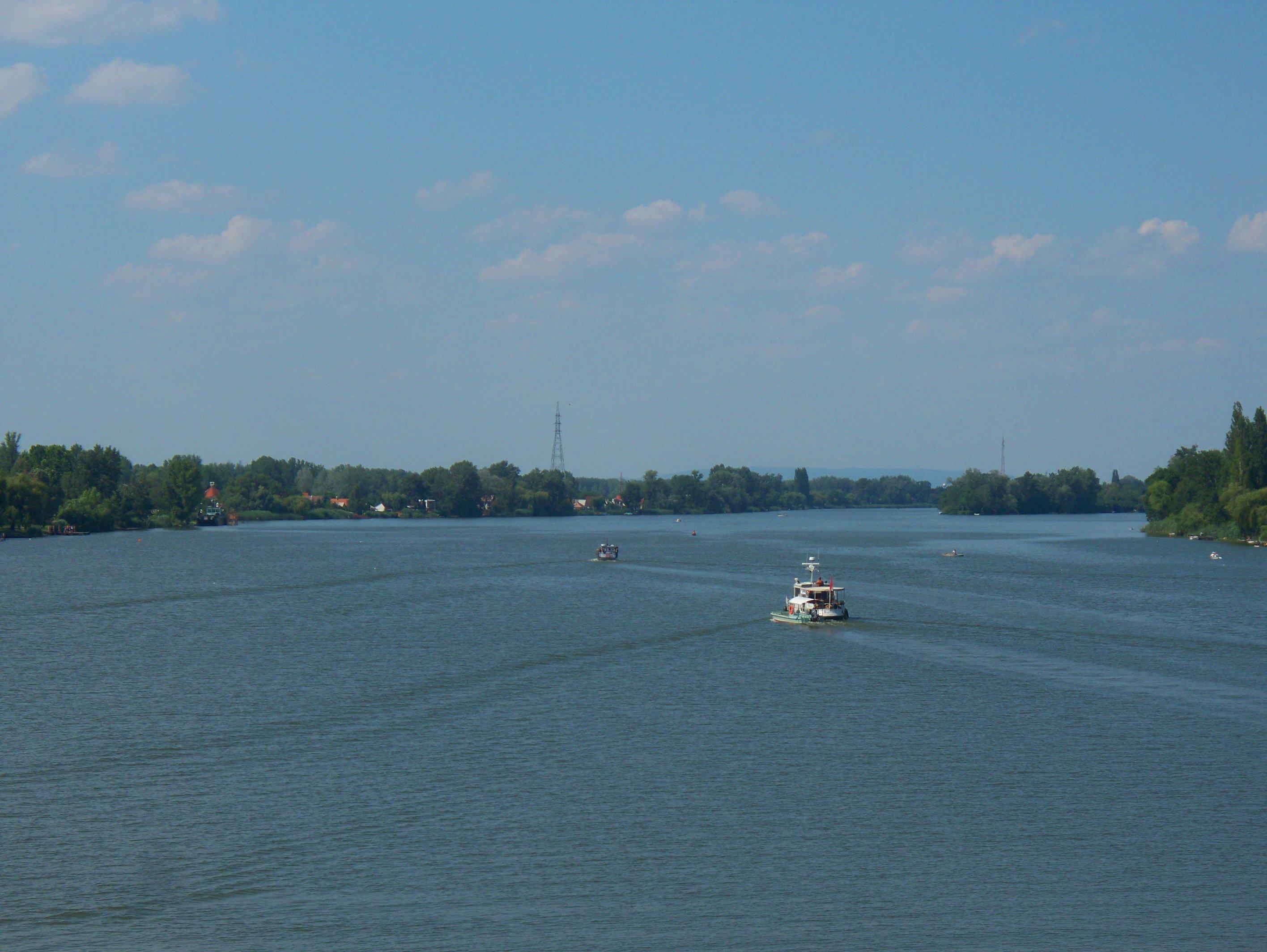 http://www.kisdunainagyhajok.hu/egyebhajok/2012_06_24_maritime_motoros_vontatohajo_a_rackevei-hidnal/2012_06_24_maritime_motoros_vontatohajo_a_rackevei-hidnal_014.jpg