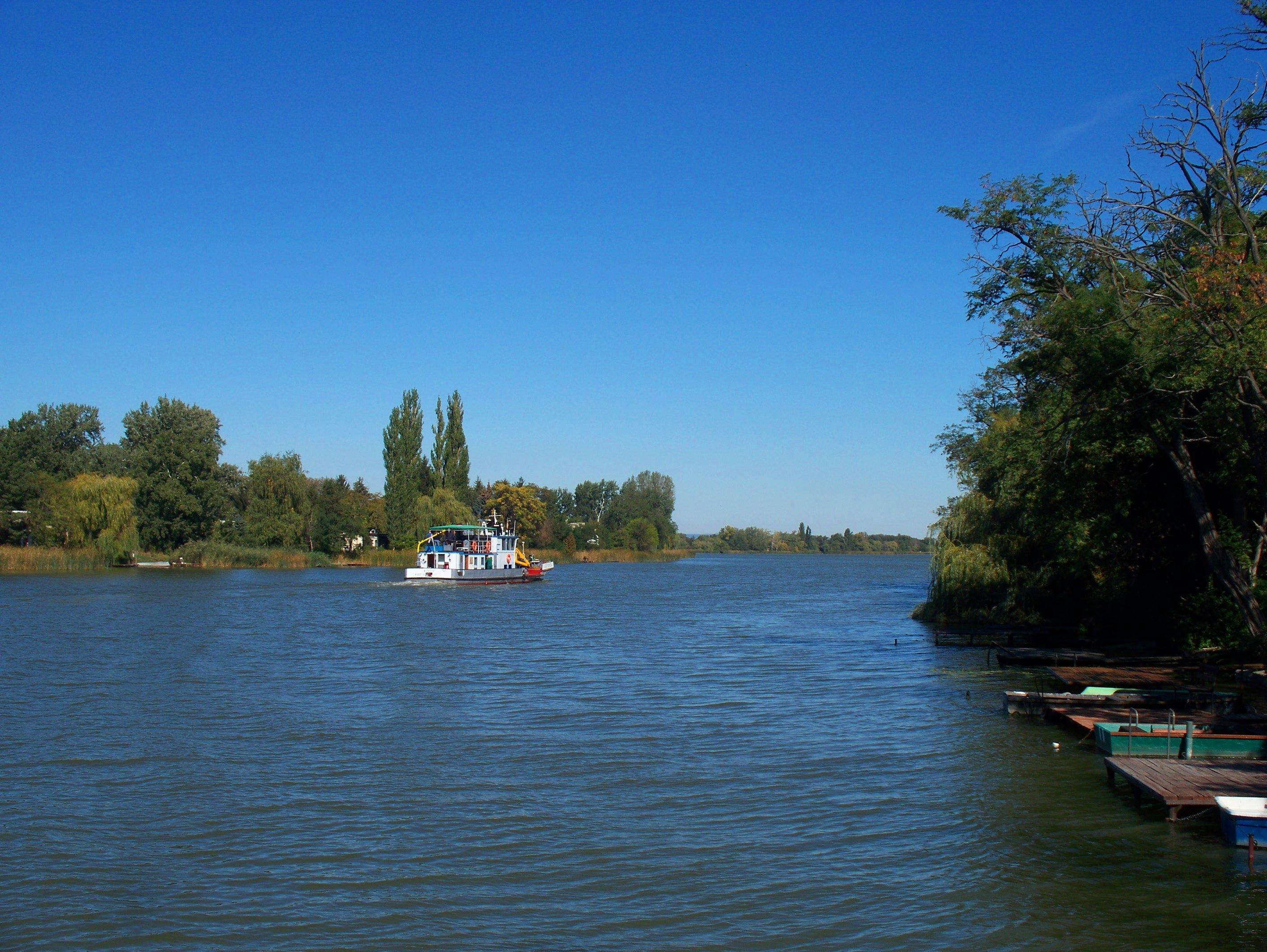 http://www.kisdunainagyhajok.hu/egyebhajok/2012_09_28_kituzo-v_motorhajo_a_kiskunlachazi_hajokikotonel/2012_09_28_kituzo-v_motorhajo_a_kiskunlachazi_hajokikotonel_016.jpg