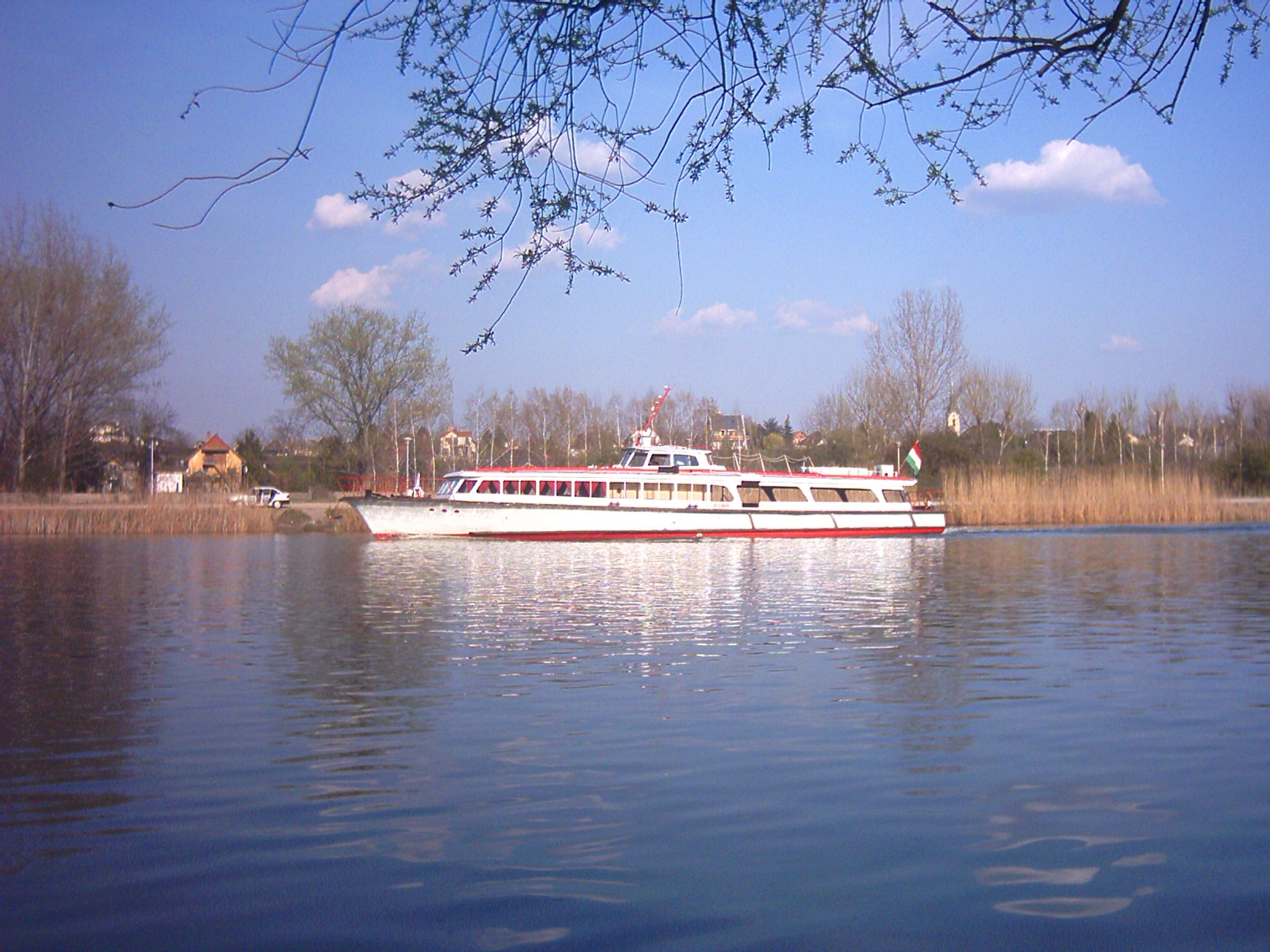 http://www.kisdunainagyhajok.hu/setahajok_vizibuszok_kirandulohajok/2007_03_31_budavar_vizibusz_a_molnar-szigeti_kompnal/2007_03_31_budavar_vizibusz_a_molnar-szigeti_kompnal_002.jpg